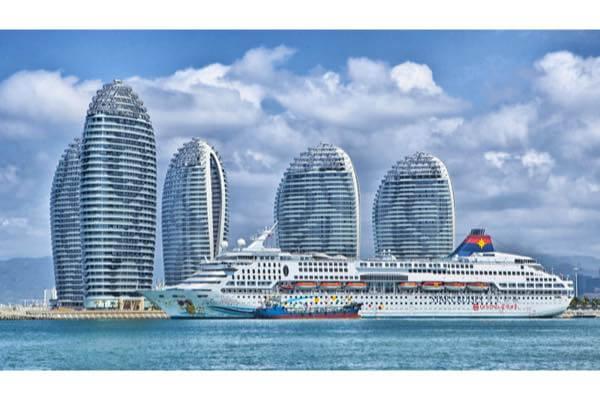 高層ビルと船